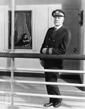 Kapten ombord hans skepp (alla visade personer inte är längre uppehälle, och inget gods finns Leverantörgarantier att det skallr  Arkivfoto