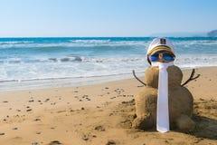 Kapten Snowman som göras av sand Arkivfoto