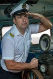 Kapten som st?r i wheelhousen arkivfoton