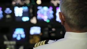 Kaptenen är styrning flygplanet, bakre sikt lager videofilmer