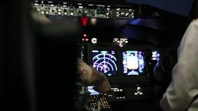 Kaptenen är styrning flygplanet, bakre sikt stock video