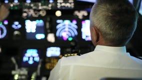 Kaptenen är styrning flygplanet, bakre sikt arkivfilmer