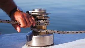 Kaptenen av fartyget förtöjas på floden i sommar lager videofilmer