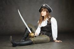 kaptenen piratkopierar den sittande kvinnan Royaltyfri Foto