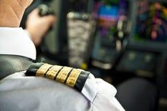Kaptenepålett - skuldra av en stråltrafikflygplanpilot Fotografering för Bildbyråer