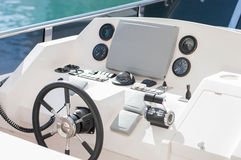 Kaptenhjul på den lyxiga yachten arkivbilder