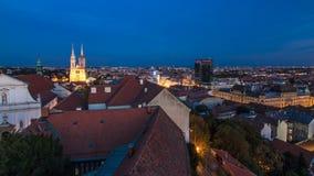 Kaptol и католический день собора к timelapse ночи в центре Загреба, Хорватии, панорамного взгляда сток-видео