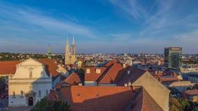 Kaptol и католическое timelapse собора в центре Загреба, Хорватии, панорамного взгляда сток-видео