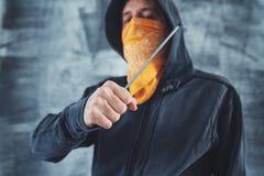 Kapturzasta gangu członka przestępca z śrubokrętem Zdjęcie Stock