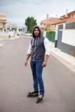Kapturzasty afroamerican facet z łyżwami Obraz Stock