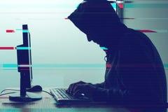 Kapturzasty komputerowy hacker pracuje na komputeru stacjonarnego komputerze zdjęcie royalty free