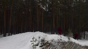 Kapturzasty mężczyzna w Śnieżnych drewnach Medytować michaelita w lesie w zimie footage Kapturzaści ludzie podążają each inny w Ś zbiory wideo