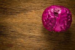 kapuściane purpury na drewnianym Kuchnia Ranek Odgórny widok obraz royalty free