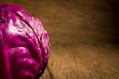 kapuściane purpury na drewnianym Kuchnia Ranek zbliżenie obraz stock