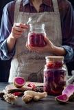 Kapuściany kimchi w szklanym słoju Kobiety narządzania arbuza i kapusty rzodkwi purpurowy kimchi Fermentujący i jarski probiotic  fotografia royalty free