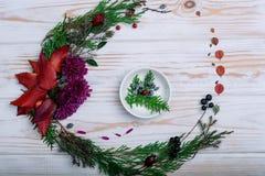 Kapuje sprig w białym talerzu na stole z nowego roku ` s wystrojem Zdjęcie Stock