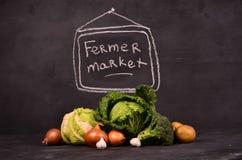 Kapusta, kalafior, brokuł grule, cebule, czosnek i ręka rysujący szyldowy ferme, wprowadzać na rynek Fotografia Royalty Free