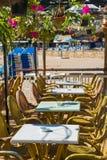 karła wyrzucać na brzeg cukiernianych upału midday parasols stoły Zdjęcia Royalty Free