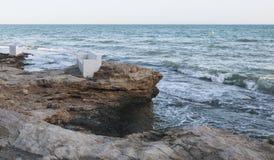 Karło na skałach blisko do morza Zdjęcia Stock