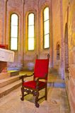 Karło z czerwoną tkaniną w antycznym romańszczyzna kościół obrazy royalty free