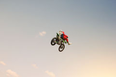 Karłowacieje jeźdza robi wyczynowi kaskaderskiemu w niebie Obrazy Royalty Free