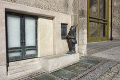 Karłowata używa gotówkowa maszyna w Wrocławskim Obraz Royalty Free