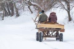 Kar met twee ocal mensen in Oekraïens dorp, het gebied van Soumi stock foto's