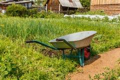 Kar voor het dragen van lading in de tuin stock foto