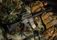 Karabijn met tactische borstinstallaties Militaire uitrusting stock fotografie