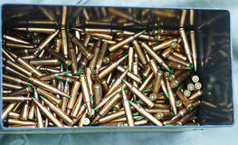 Karabinowi pociski w pudełku Fotografia Royalty Free