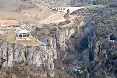 KARABUK,土耳其- 2016年1月21日:在incekaya峡谷番红花城Karabuk土耳其的水晶大阳台 步和台阶,是被雕刻的i 库存照片
