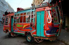 Karachi pakistanaise traditionnellement décorée Pakistan d'art d'autobus Images libres de droits