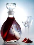 Karaf die met alcoholische drank wordt gevuld Royalty-vrije Stock Foto's