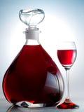 Karaf die met alcoholische drank wordt gevuld Stock Foto's