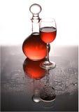 Karaf en een glas met wijn. Stock Afbeeldingen