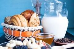 Karaf melk met gebakken pindakaaskoekjes Stock Afbeelding