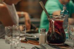 Karaff av sangria i restaurang av Barcelona Royaltyfria Bilder