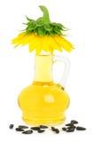 Karaff med solrosolja och en solros på den Arkivfoto