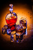 Karaff och två exponeringsglas med whisky och is Royaltyfri Fotografi