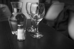 Karaffe Wasser und zwei Gläser Stockfotos
