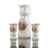 Karaffewasserglas auf weißem backround stockbilder