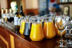 Karafka świeży sok pomarańcze i winogrona na barze zdjęcia royalty free