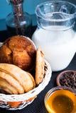 Karafka mleko z piec maseł orzechowych ciastkami Fotografia Stock
