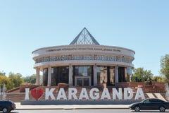 Karaganda, Cazaquistão - 1º de setembro de 2016: Inscrição eu amo o Ka fotografia de stock