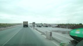 Karaganda-Temirtau cher, Kazakhstan Du côté droit est la construction d'une nouvelle route banque de vidéos