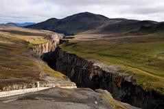 Karahnjukar fördämning - kanjon av floden på Island Royaltyfri Bild