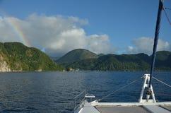 Karaibska żeglowania Catamaran tęczy wyspa obraz royalty free