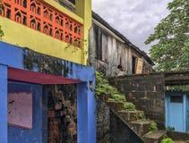 Karaibski podwórko z porosłymi schodkami, kolorowy i upaćkany zdjęcie royalty free