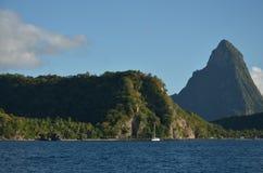 Karaiby zieleni góry Żegluje blisko St Lucia obraz royalty free