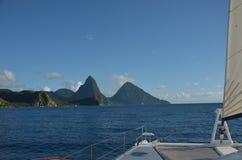 Karaiby zieleni góry Żegluje St Lucia obrazy stock
